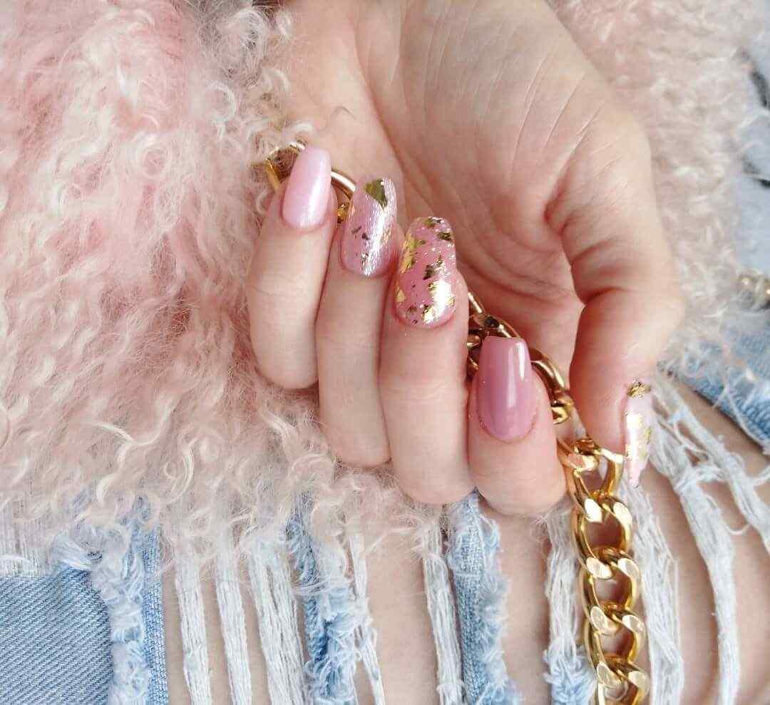 modelos de uñas rosa con dorado