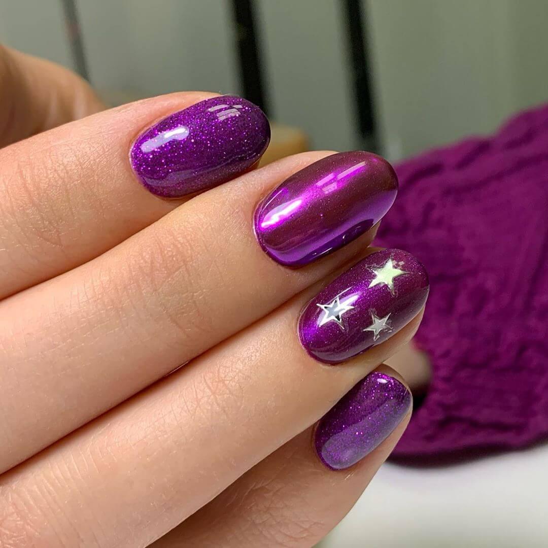 uñas color purpura con estrellas