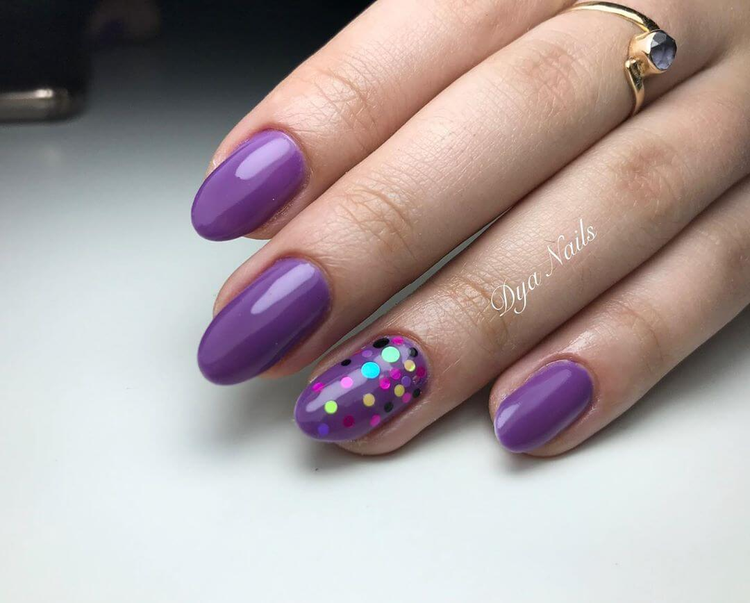 uñas color purpura con puntos