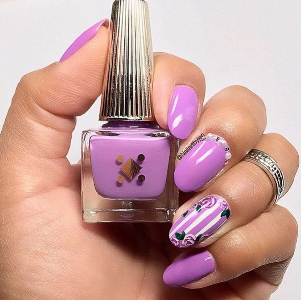 uñas color violeta con flores