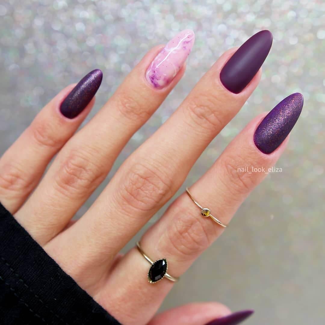 uñas color violeta oscuro tono mate