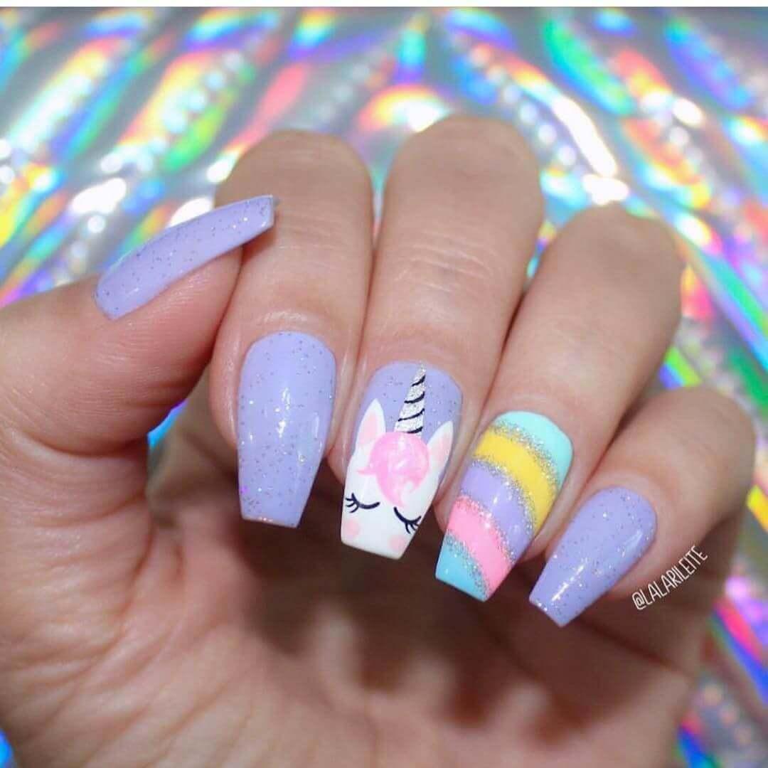 uñas con decoracion de unicornio