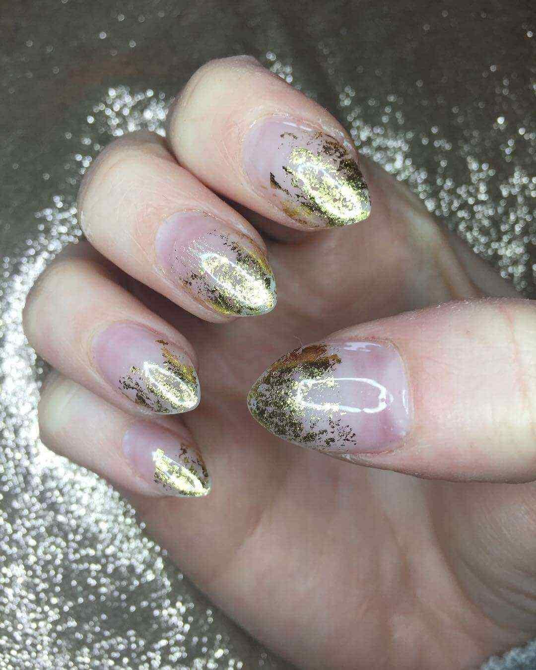 uñas acrílicas efecto oro