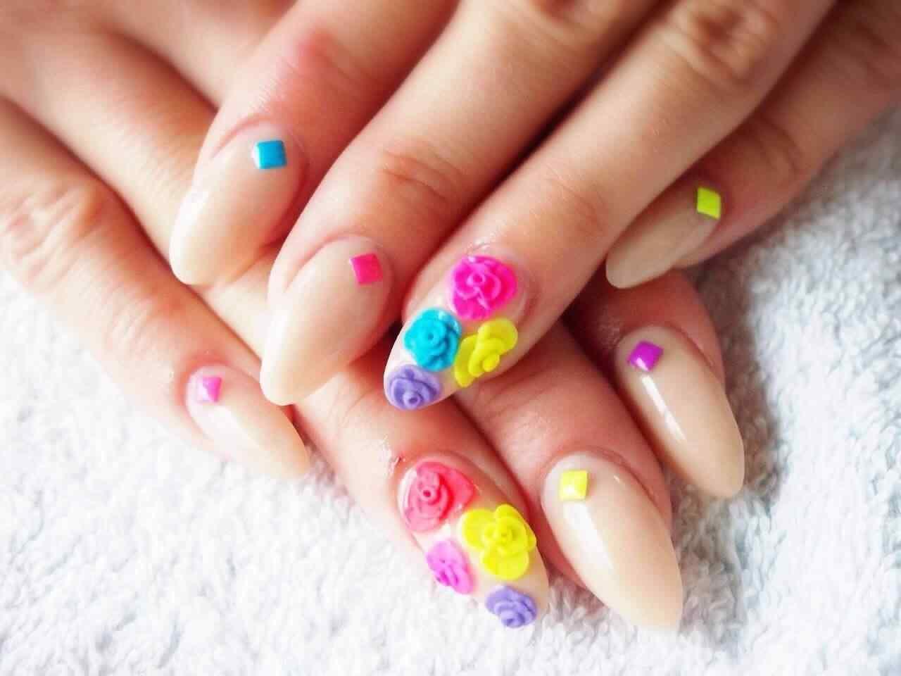 uñas acrílicas multicolor