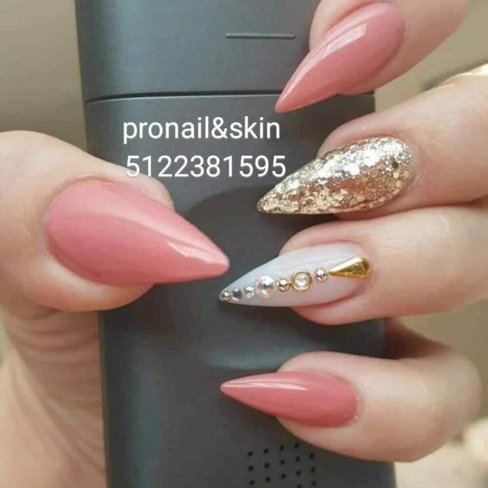 uñas acrilicas rosa con dorado