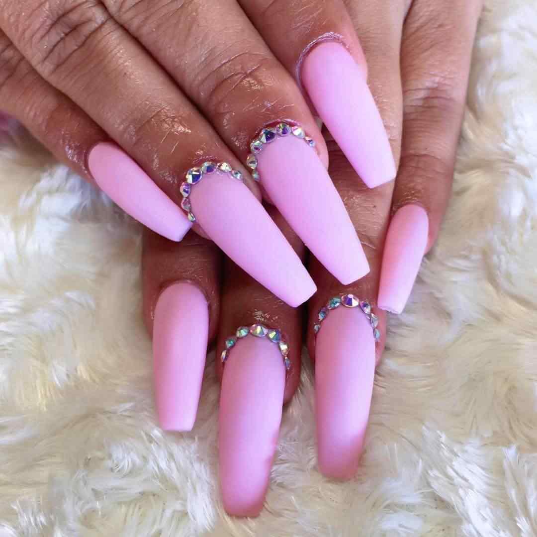 uñas acrilicas rosa mate con piedras
