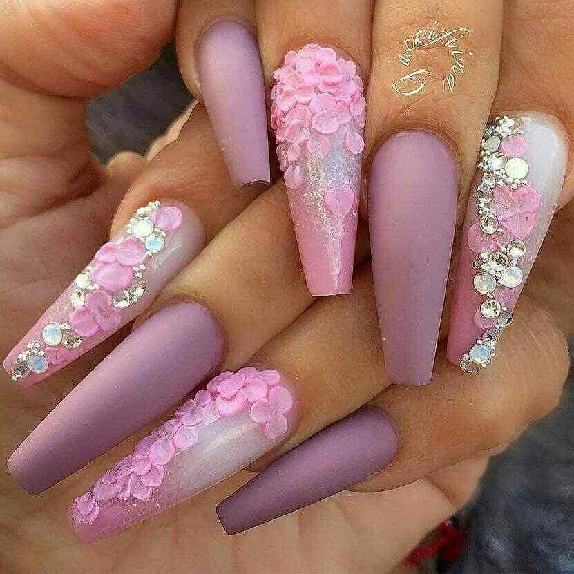 uñas acrílicas elegantes con flores