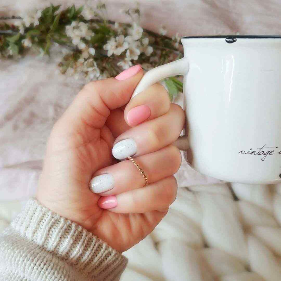 uñas color rosa con blanco