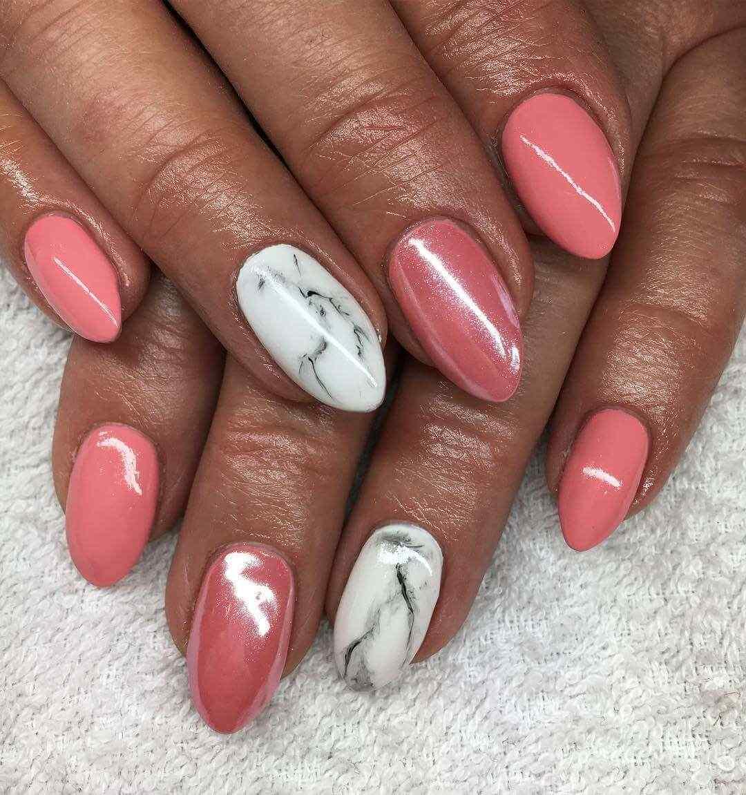 uñas color rosa viejo con blanco marmoladas