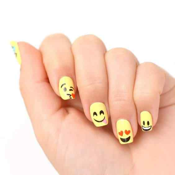 uñas con emojis