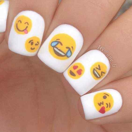 uñas con emoticon