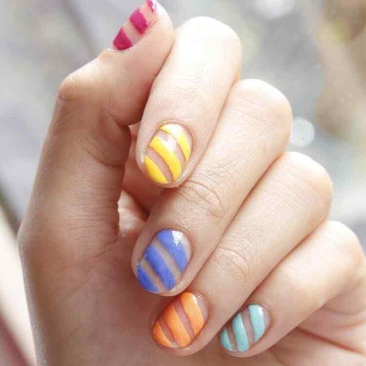 uñas con lineas colores