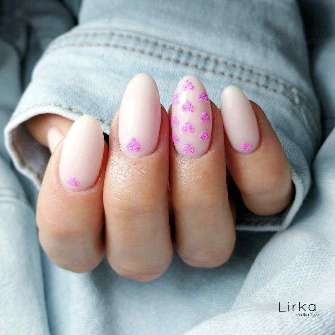 uñas decoradas rosa con corazones