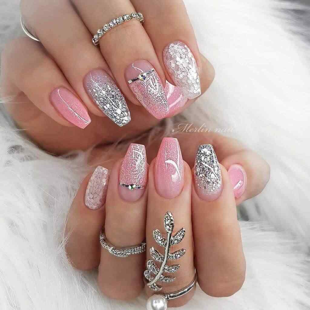 uñas elegantes rosa y plateadas