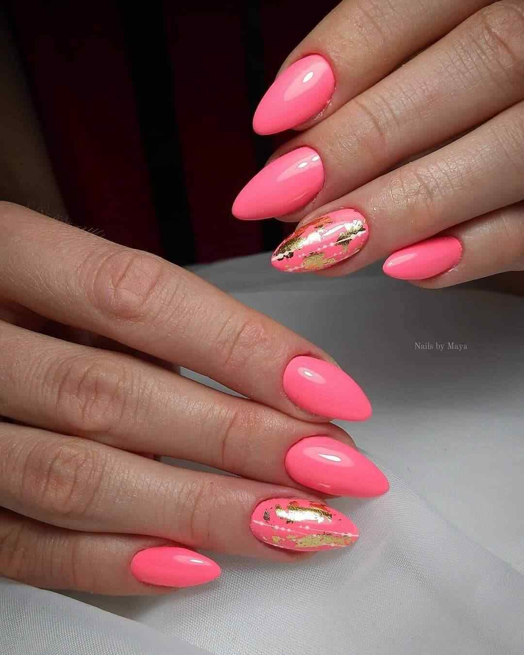 uñas rosa chicle con dorado