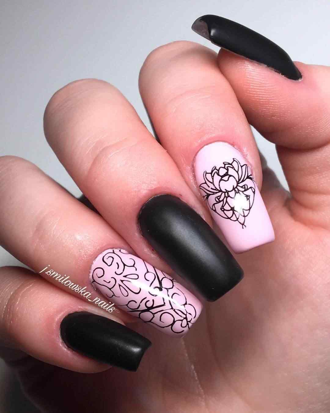 uñas rosas estampadas con negro mate