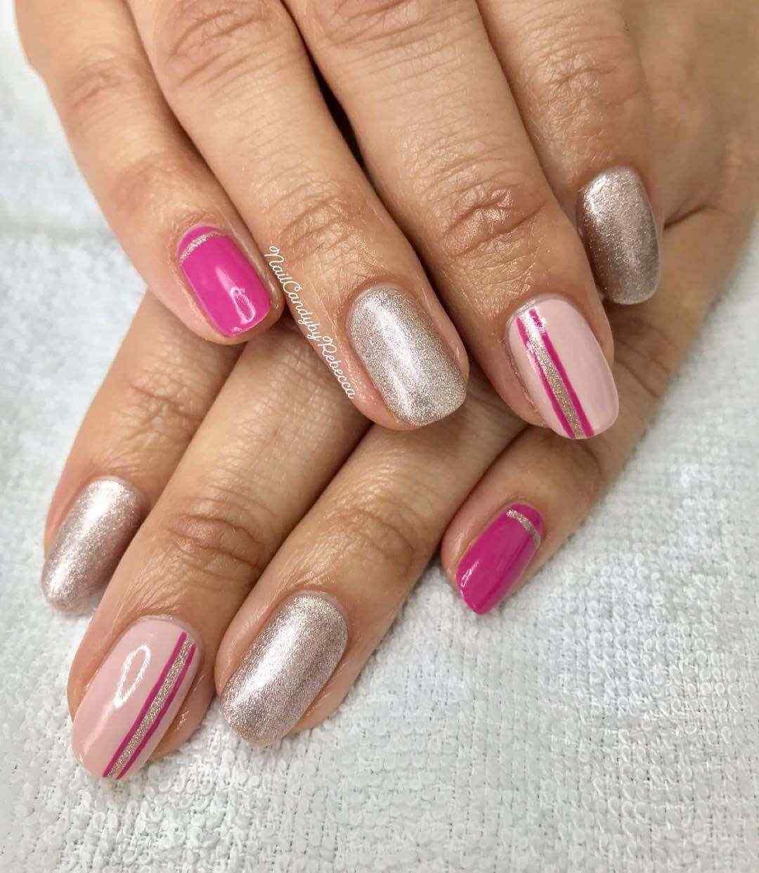 uñas simples en rosa con plata