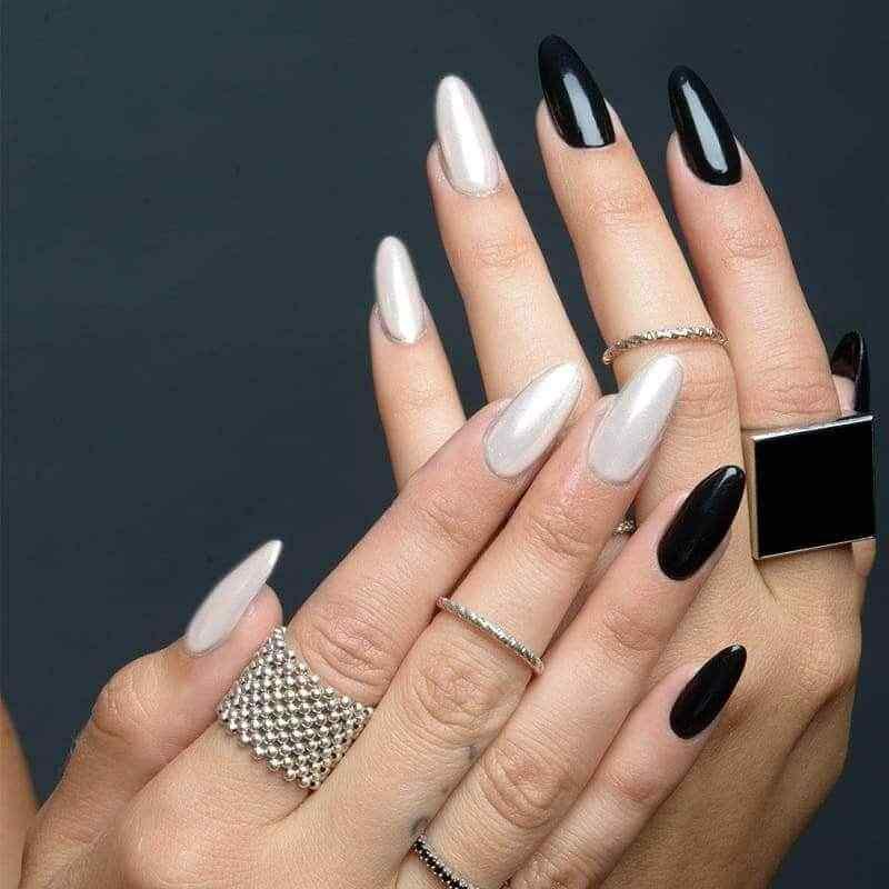 Uñas negras con blanco nacarado
