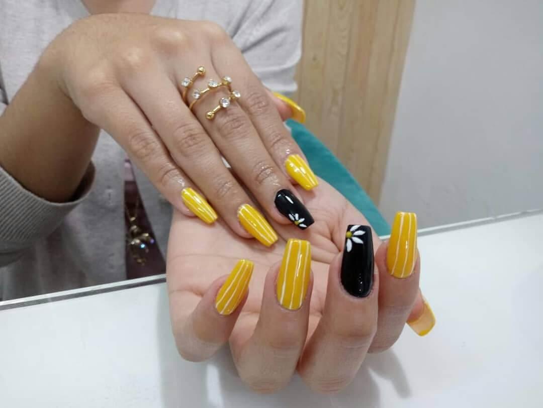 decoracion de uñas amarillas con negro