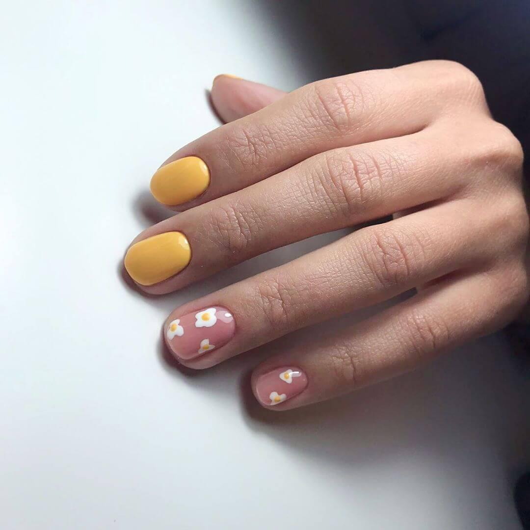 decoracion de uñas amarillo mostaza con flores