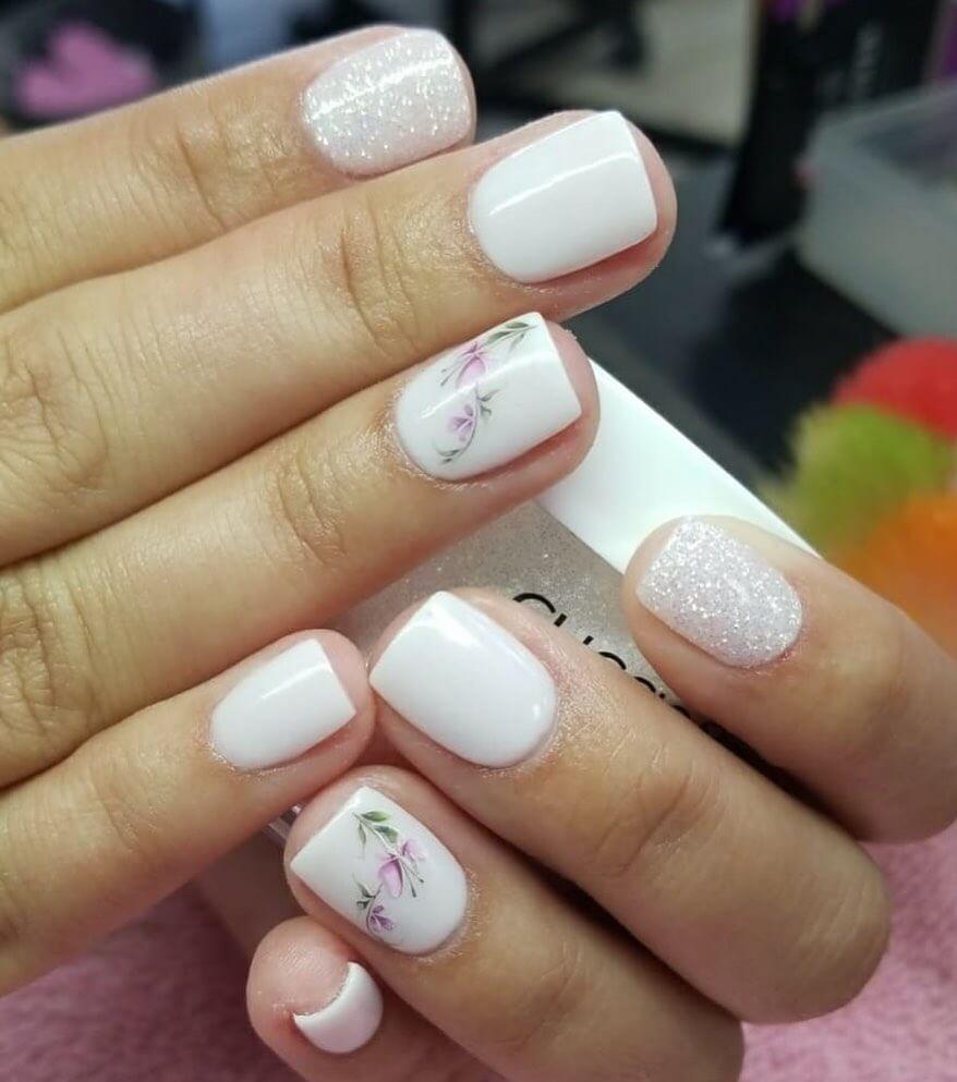 decoracion de uñas blancas con flores