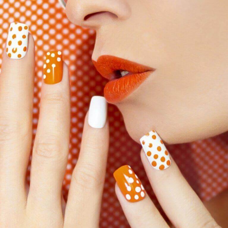 decoracion de uñas en naranja y blanco