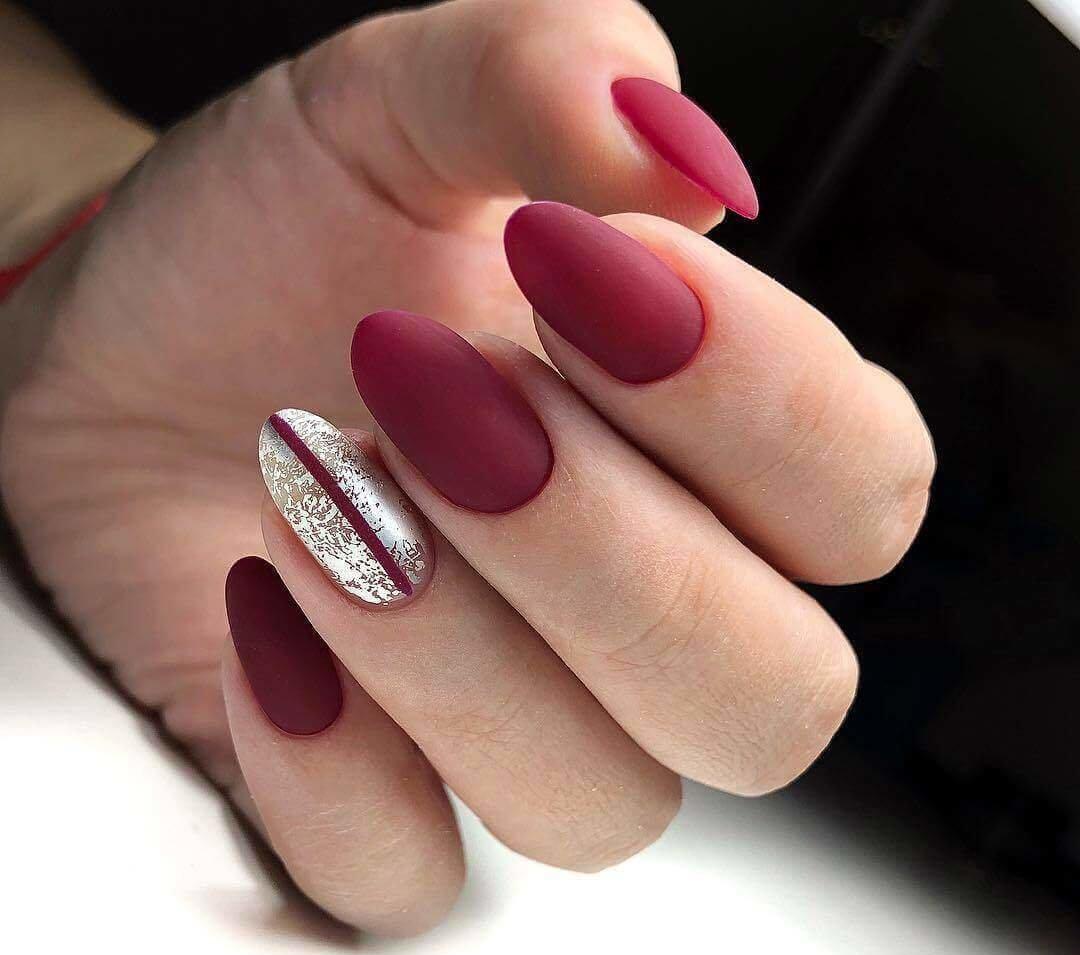 decoracion de uñas plateadas con rojo oscuro