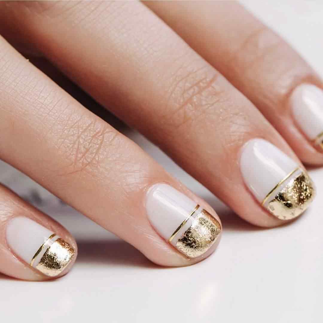 decoracion de uñas navideñas doradas elegantes