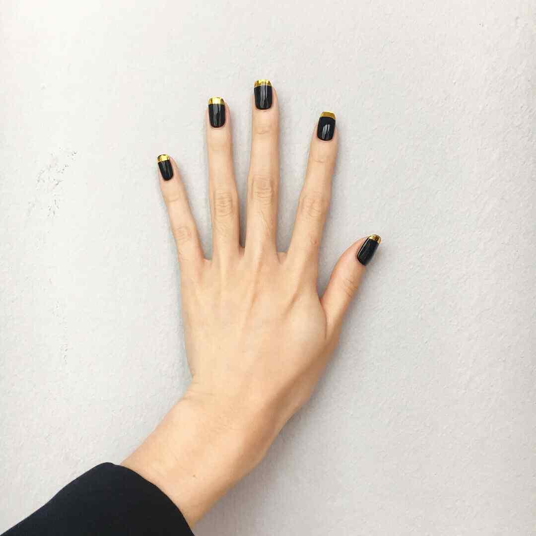 decoracion de uñas negras con dorado