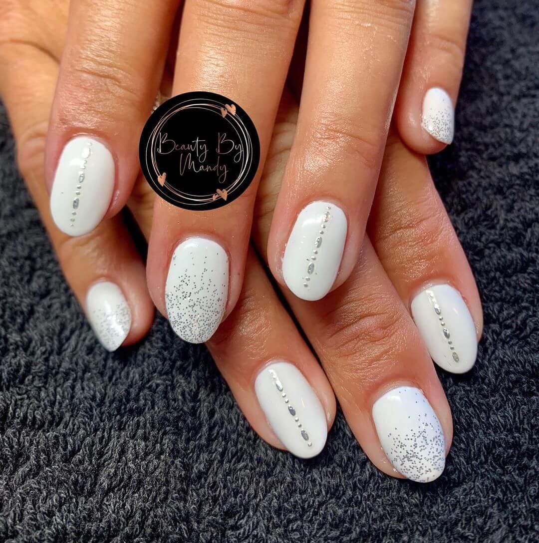 decoracion sencilla de uñas blancas con plata