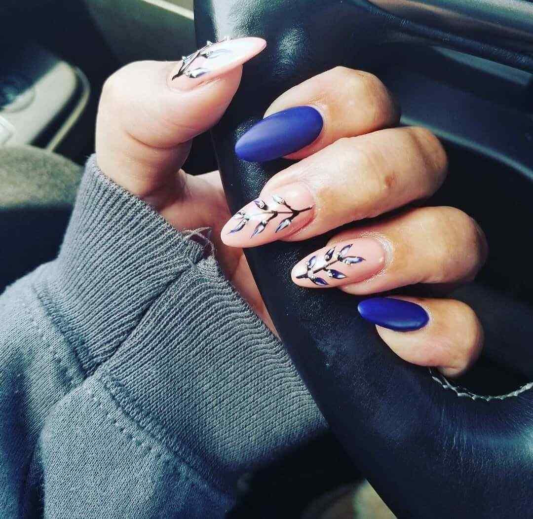 decorado de uñas azul opaco