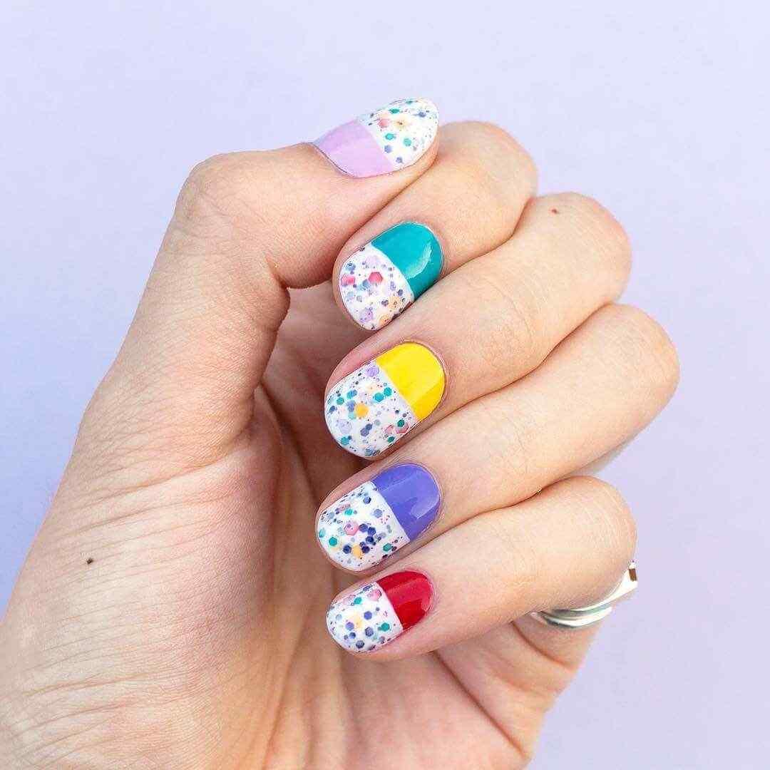 decorado sencillo de uñas con colores