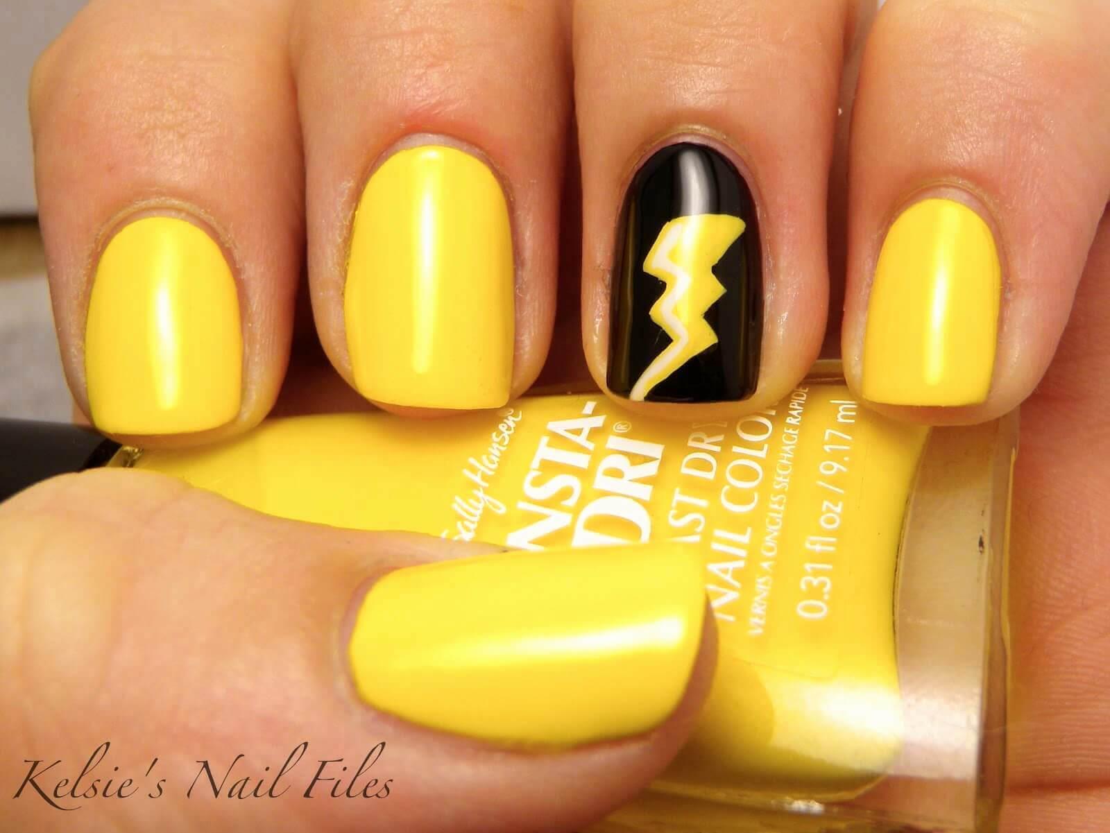 diseño de uña amarilla con negro rayo