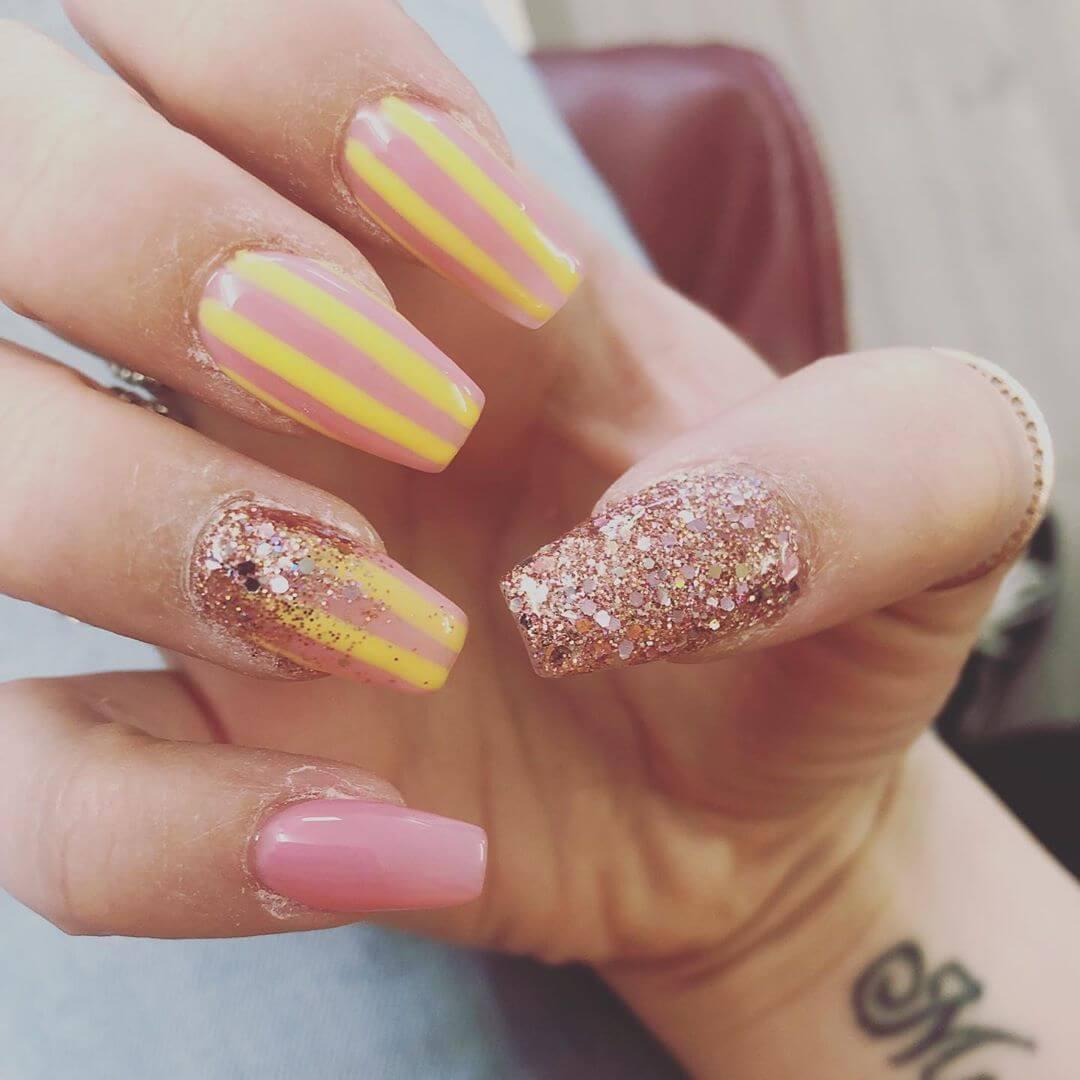 diseño de uñas amarillas y rosa palo