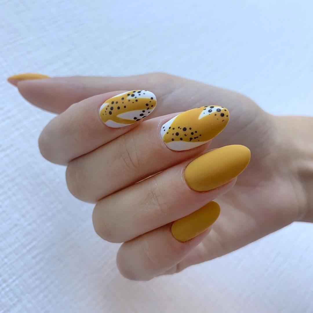 diseño de uñas color amarillo mostaza