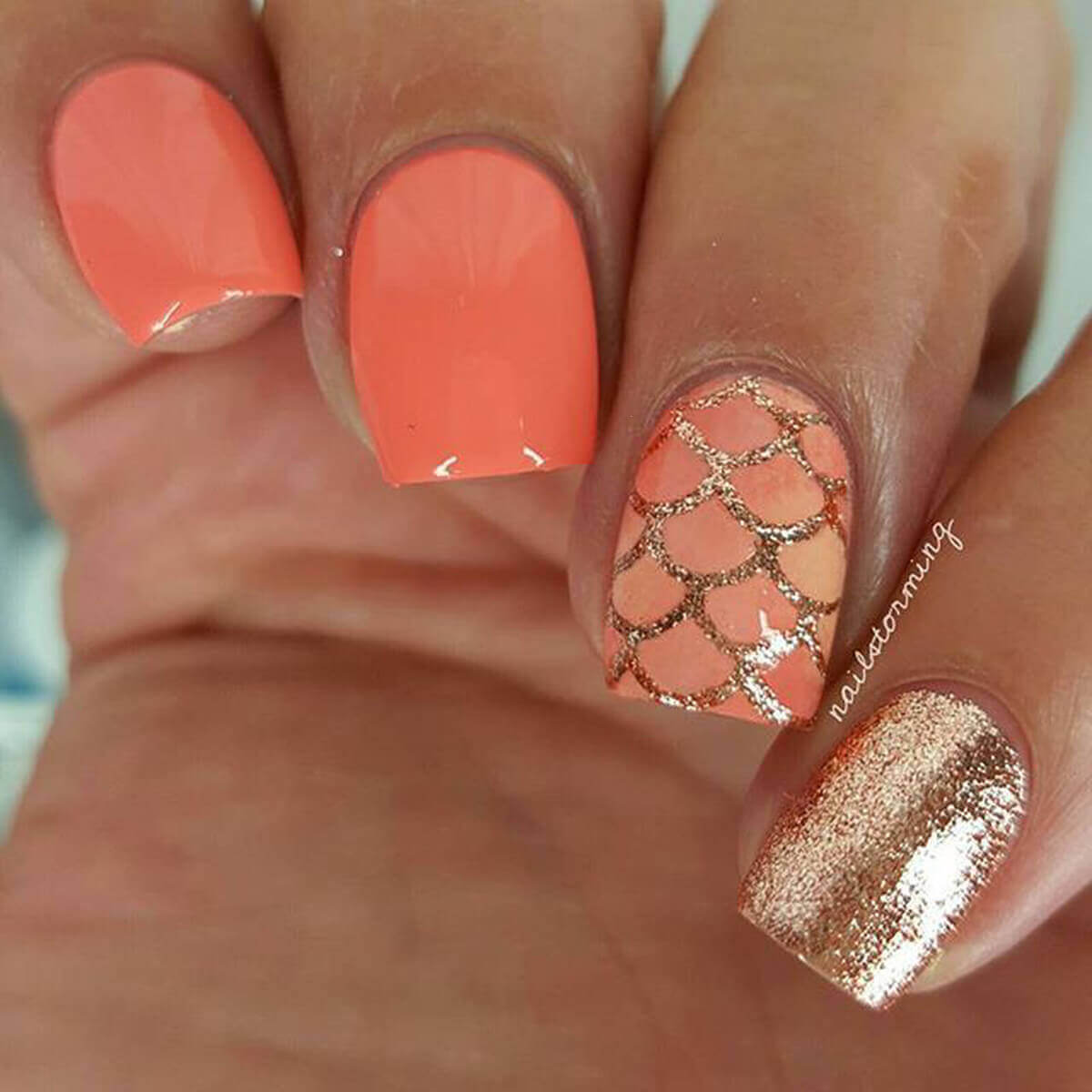 diseño de uñas color naranja con dorado
