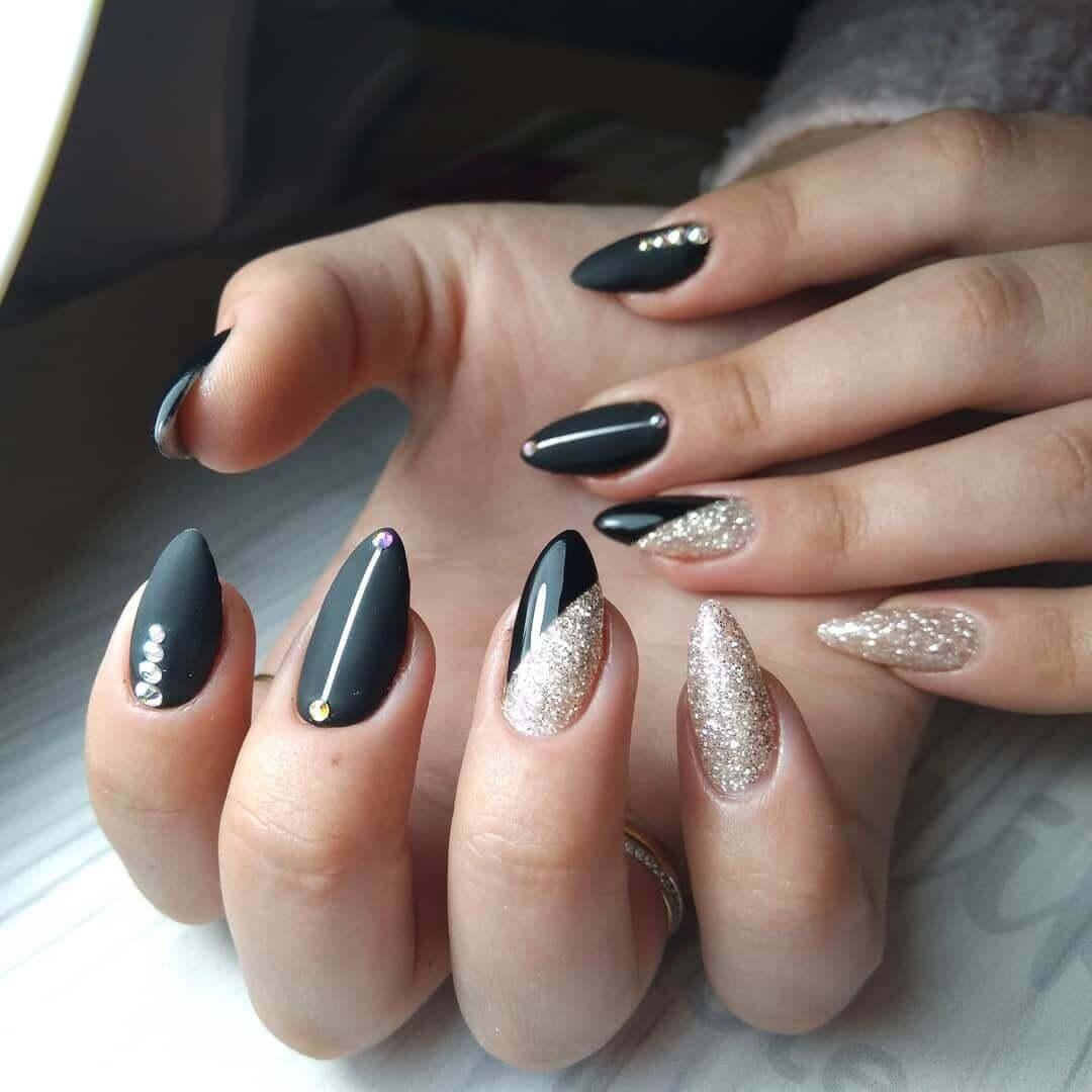 diseño de uñas plateadas con negro elegantes
