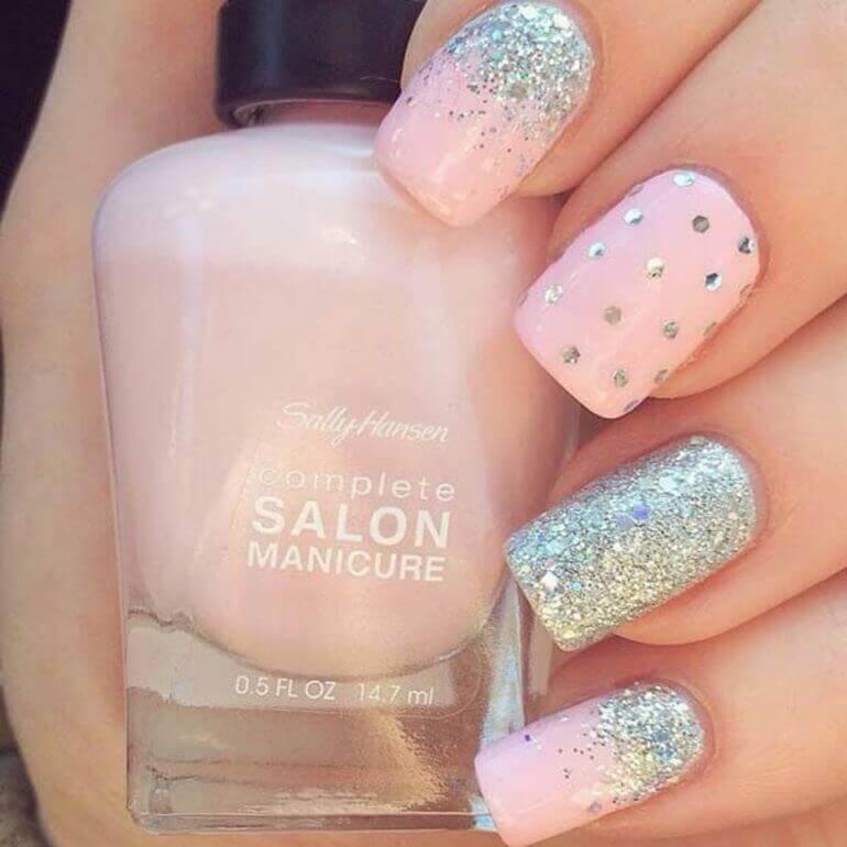 diseño de uñas plateadas con rosa