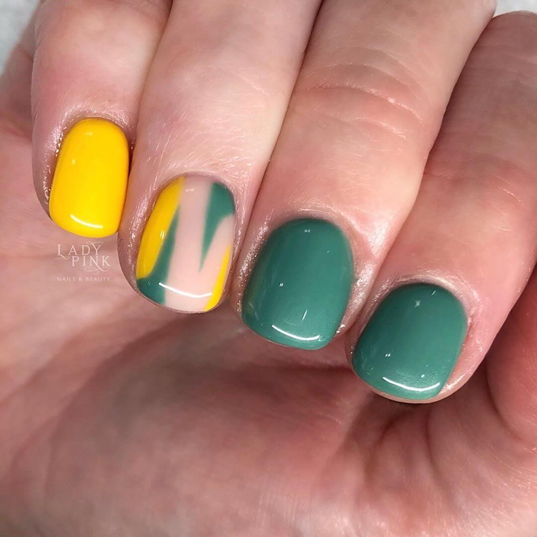 diseño de uñas verdes y amarillas