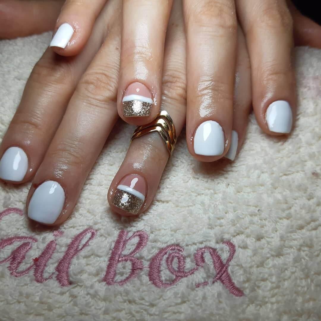 diseño para uñas cortas blancas y dorado
