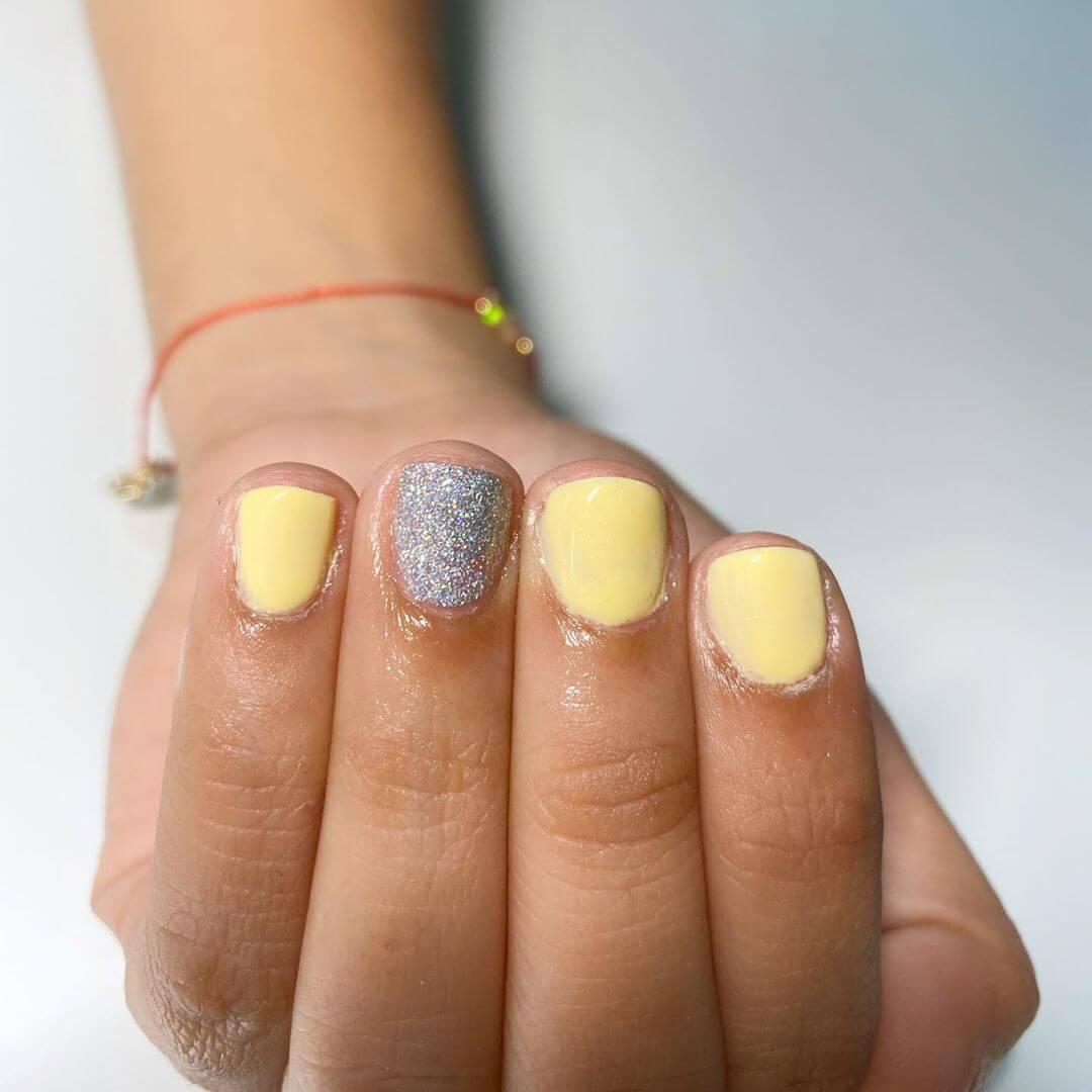 diseño simple de uñas amarillas
