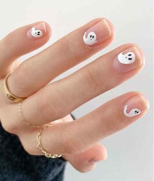 diseño de uñas con fantasma para halloween