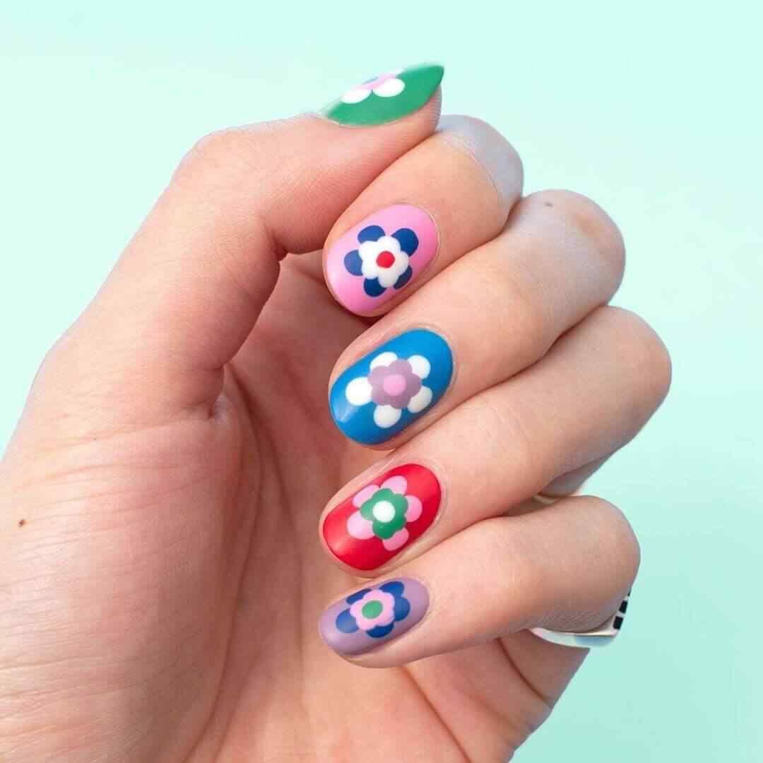 diseño de uñas sencillas con flores