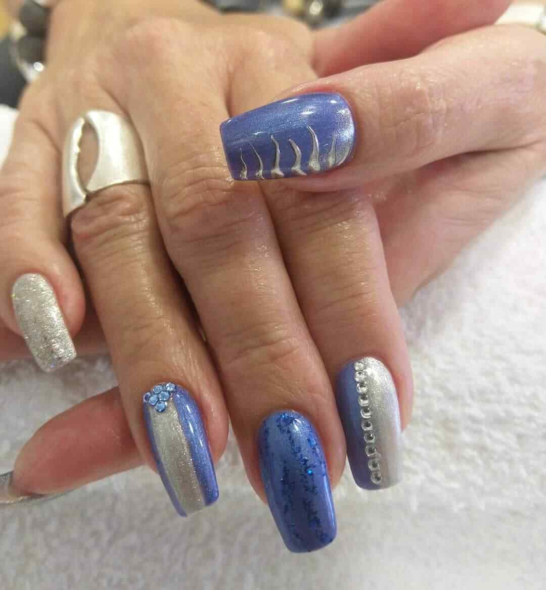 diseños de uñas azul y plateado