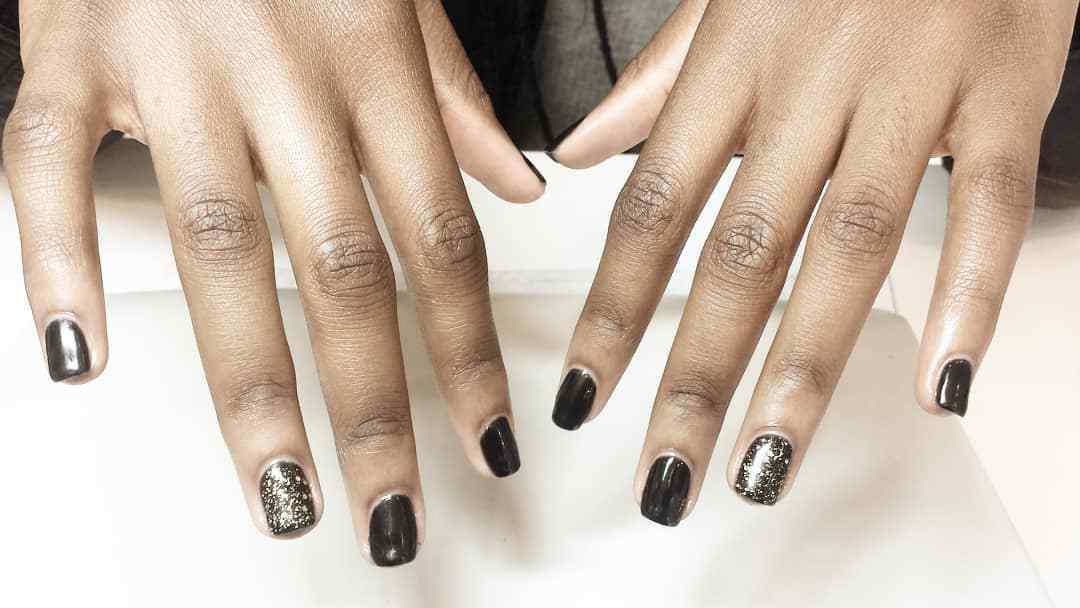 diseños de uñas negras con dorado