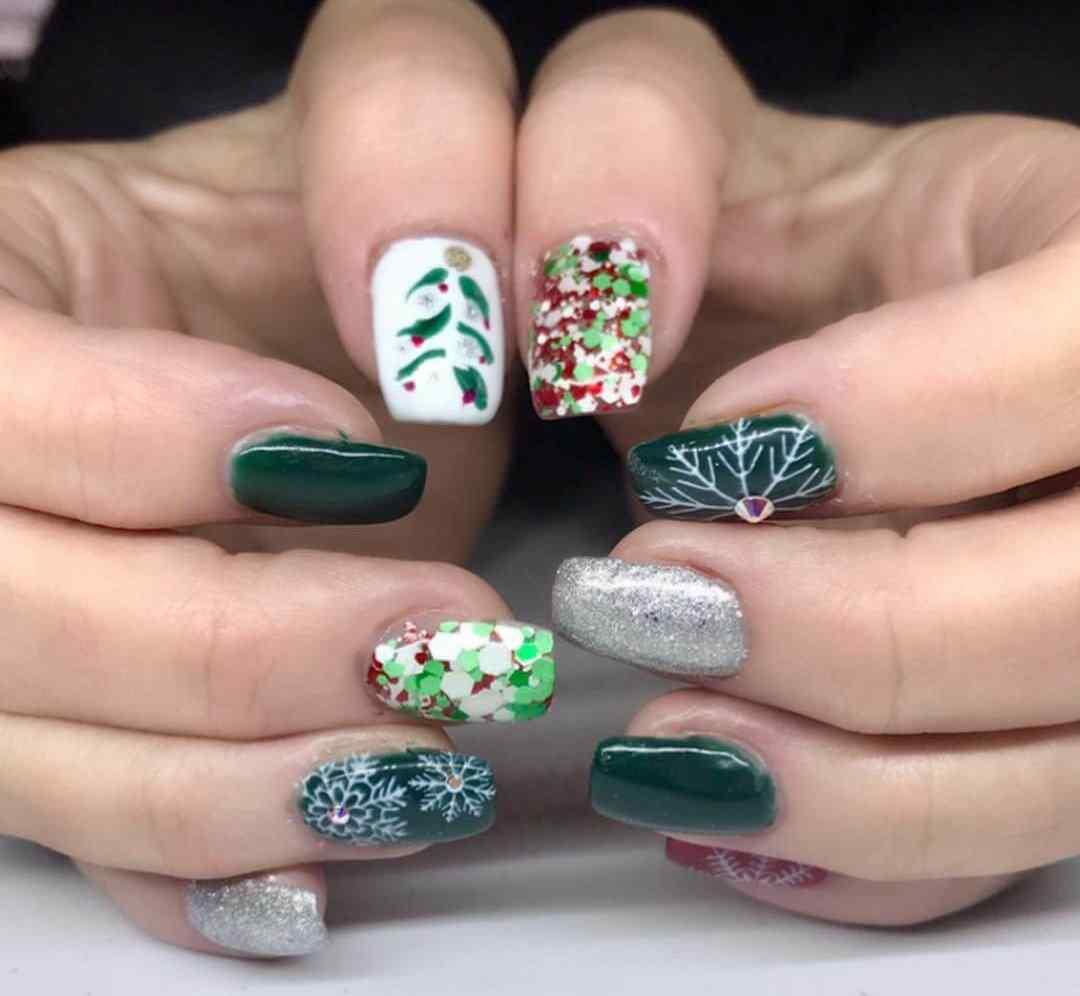 uñas decoradas de navidad en color verde blanco y plateado