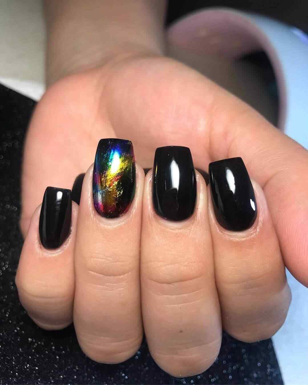 otro decorado de unas negras con esmalte holografico