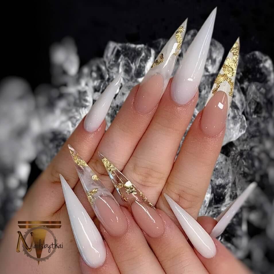 uñas acrilicas blanca con dorado
