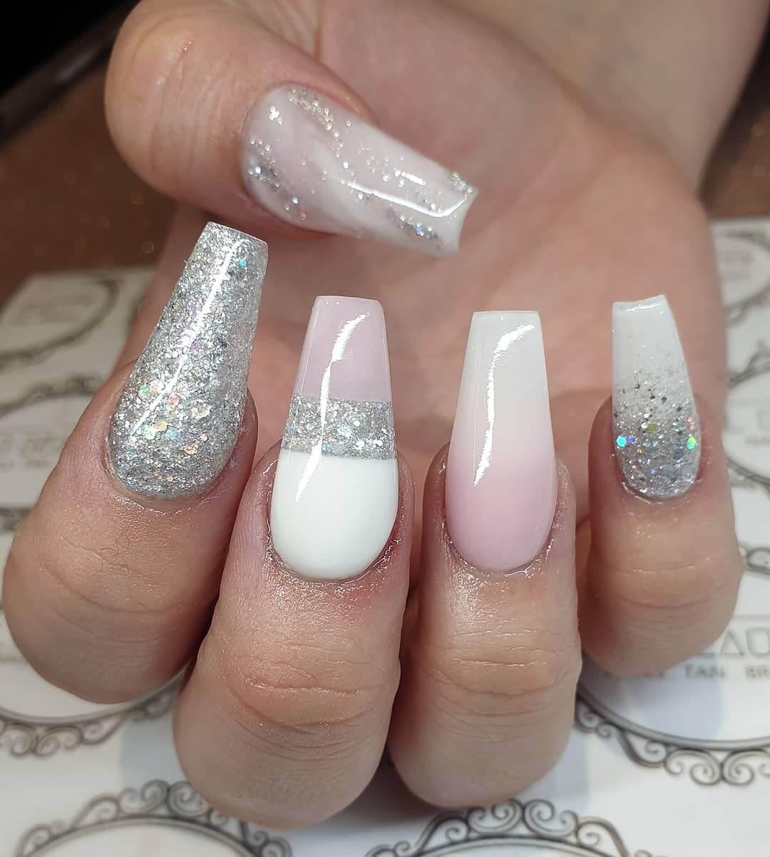 uñas acrilicas plateadas con blanco