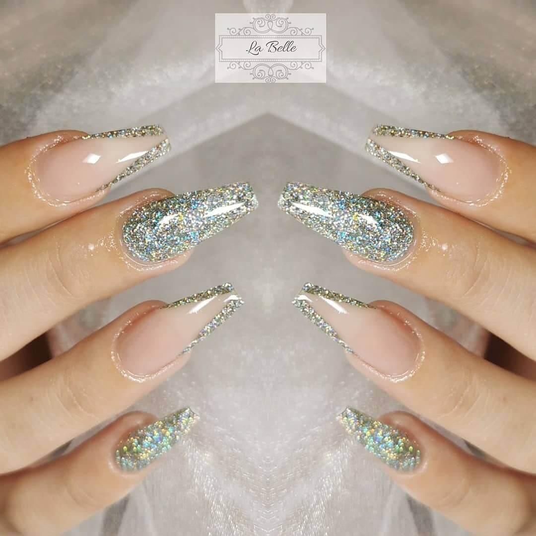 uñas acrilicas plateadas con glitter